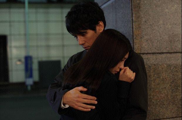 竹内結子を抱きしめる西島秀俊さん